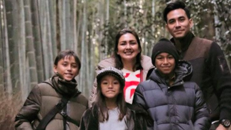 Donna Agnesia dan Darius Sinathrya, serta ketiga anak