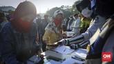 Calon penumpang commuterline mendaftar untuk menjalani tes Polymerase Chain Reaction (PCR) di Stasiun Bekasi, Jawa Barat, Selasa, 5 Mei 2020. Tes PCR untuk mencegah penyebaran mata rantai covid-19. CNNIndonesia/Safir Makki