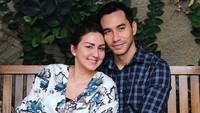 <p>Pasangan selebriti Donna Agnesia dan Darius Sinathrya terpaut usia cukup jauh. Meski Darius lebih muda 6 tahun dari Donna, pernikahan mereka terbukti langgeng hingga 14 tahun pada 30 Desember mendatang. (Foto: Instagram @dagnesia)</p>