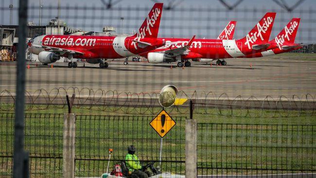 Sejumlah armada pesawat AirAsia terparkir di Apron Terminal 1D Bandara Soekarno Hatta, Tangerang, Banten, Selasa (5/5/2020). PT AirAsia Indonesia Tbk berencana kembali membuka penerbangan mulai 18 Mei 2020 setelah sebelumnya menutup penerbangan berjadwal sejak 1 April 2020 imbas pandemi COVID-19. ANTARA FOTO/Fauzan/hp.