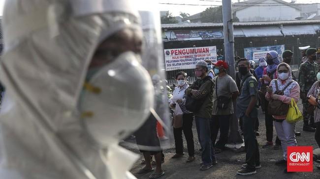 Calon penumpang berbaris antre menunggu giliran masuk ke dalam Stasiun Bekasi, Jawa Barat, Selasa, 5 Mei 2020. Pemkot Bekasi melakukan tes Poylmerase Chain Reaction (PCR) bagi penumpang KRL untuk memutus rantai virus covid-19. CNNIndonesia/Safir Makki