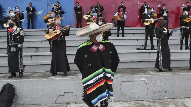 Musicians from Mariachi groups perform during an event to ask authorities to allow them to work this upcoming Mother's Day in Quito, Ecuador, Tuesday, May 5, 2020. The government ordered in mid-March a national lockdown to control the spread of the new coronavirus. (AP Photo / Dolores Ochoa)