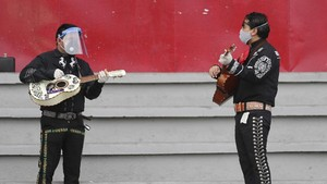 FOTO: Aksi Musisi Mariachi Protes Kebijakan Lockdown Ekuador