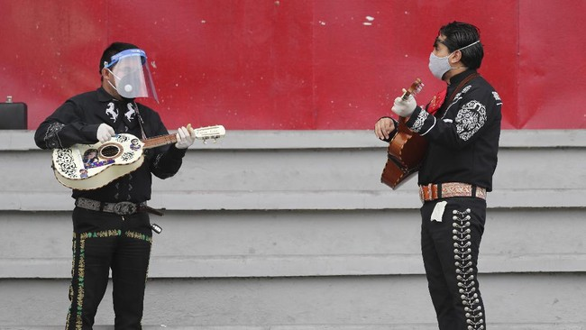 Musicians from Mariachi groups perform during an event to appeal that authorities allow them to work this upcoming Mother's Day in Quito, Ecuador, Tuesday, May 5, 2020. Mariachis have not been able to perform and earn a living since the government ordered in mid-March a national lockdown that includes restrictions on traffic and pedestrian movement to curb the spread of the new coronavirus. (AP Photo / Dolores Ochoa)