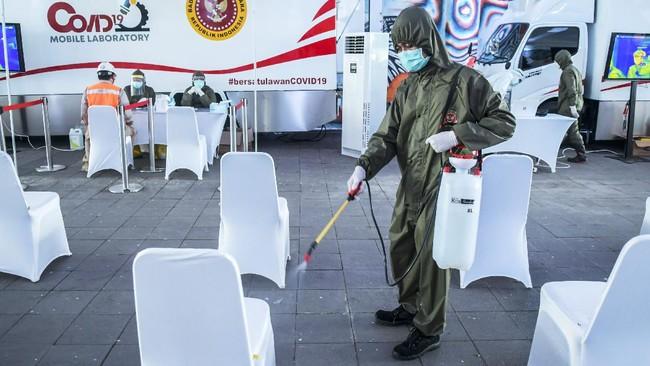 Petugas medis menyemprotkan cairan disinfektan saat pemeriksaan cepat atau rapid test COVID-19 di Terowongan Kendal, Jakarta, Rabu (6/5/2020). Badan Intelijen Negara (BIN) menggelar rapid test COVID-19 massal kepada warga yang melintas di kawasan tersebut guna memastikan kesehatannya dan mengantisipasi penyebaran COVID-19. ANTARA FOTO/Galih Pradipta/aww.