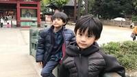 <p>Sepintas, kedua anak laki-laki Herman dan Juliana Moechtar ini seperti kembar ya, Bun. Padahal, usia mereka berbeda satu tahun lho. (Foto: Instagram @hafuza_hisyam)</p>