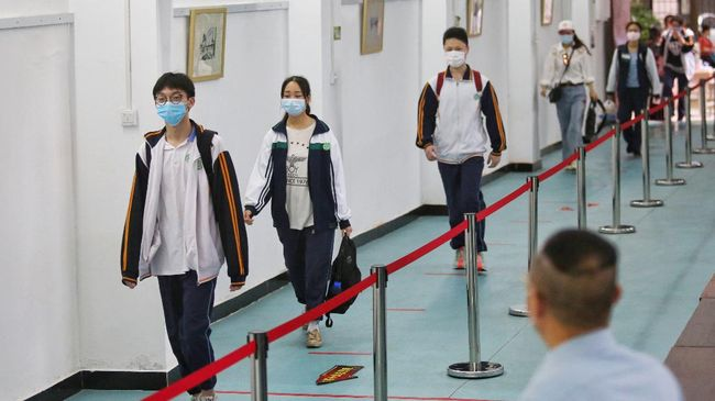 Students arrive at a high school in Wuhan in China's central Hubei province on May 6, 2020. - Senior school students returned to class on May 6 in the central Chinese city of Wuhan, where the coronavirus that has now swept the globe first emerged late last year. (Photo by STR / AFP) / China OUT