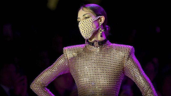 NEW YORK, NEW YORK - FEBRUARY 09: A model wearing a Pitta Mask walks the runway for The Blonds during New York Fashion Week: The Shows at Gallery I at Spring Studios on February 09, 2020 in New York City.   Roy Rochlin/Getty Images for NYFW: The Shows/AFP