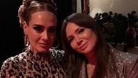 <p>Adele sempat tampil di acara Oscar 2020, Bun. Saat dia berfoto bareng presenter TV Kinga Rusin, banyak yang pangling dengan penampilan Adele. (Foto: Instagram @kingarusin)</p>
