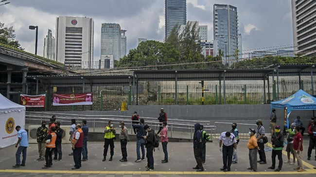 Warga mengantre untuk mengikuti pemeriksaan cepat atau rapid test COVID-19 di Terowongan Kendal, Jakarta, Rabu (6/5/2020). Badan Intelijen Negara (BIN) menggelar rapid test COVID-19 massal kepada warga yang melintas di kawasan tersebut guna memastikan kesehatannya dan mengantisipasi penyebaran COVID-19. ANTARA FOTO/Galih Pradipta/aww.