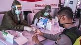 Petugas medis melakukan pemeriksaan cepat atau rapid test COVID-19 di Terowongan Kendal, Jakarta, Rabu (6/5/2020). Badan Intelijen Negara (BIN) menggelar rapid test COVID-19 massal kepada warga yang melintas di kawasan tersebut guna memastikan kesehatannya dan mengantisipasi penyebaran COVID-19. ANTARA FOTO/Galih Pradipta/aww.