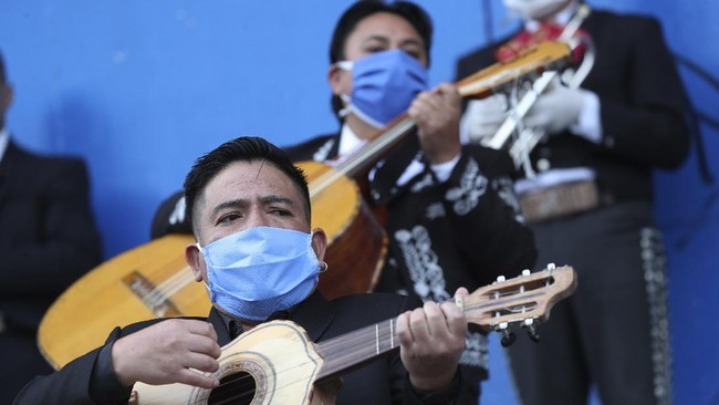 Musicians from Mariachi groups perform during an event to ask authorities to allow them to work this upcoming Mother's Day in Quito, Ecuador, Tuesday, May 5, 2020. The government ordered in mid-March a national lockdown that includes restrictions on traffic and pedestrian movement to curb the spread of the new coronavirus. (AP Photo / Dolores Ochoa)