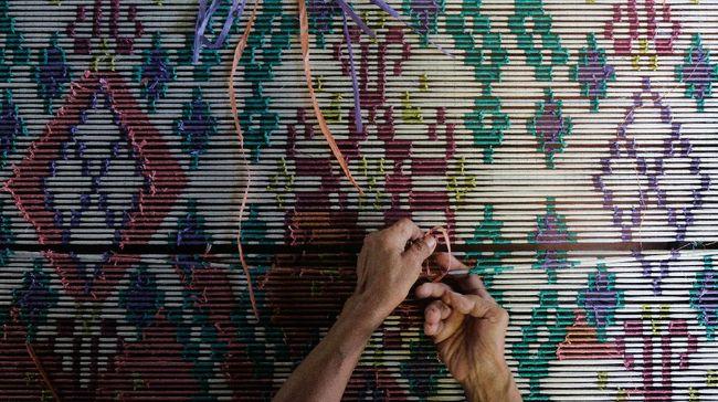 Gubernur Bali meresmikan pemberlakuan penggunaan busana berbahan kain endek atau kain tenun tradisional khas provinsi itu setiap Selasa. Apa itu kain endek?