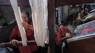 FOTO: Nasib Kain Endek Bali Ditinggal Kaum Muda