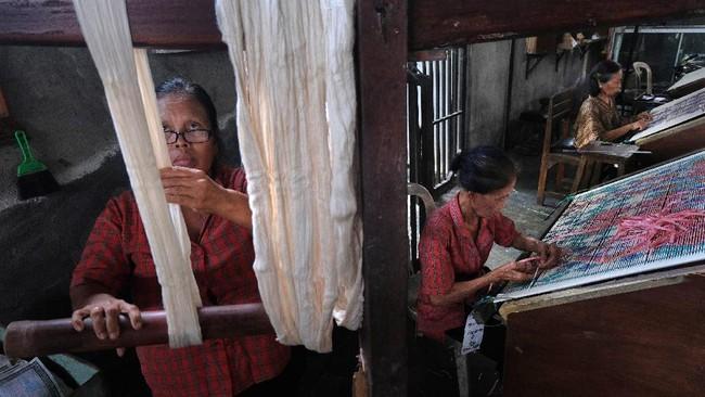 Perajin memilah benang dan pembuatan motif ukiran. ANTARA FOTO/Nyoman Hendra Wibowo