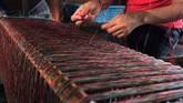 Perajin memisahkan benang sebelum masuk ke alat tenun.ANTARA FOTO/Nyoman Hendra Wibowo