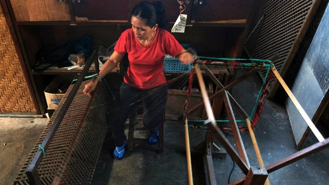 Perajin memisahkan benang seusai proses pewarnaan dan pembuatan motif. ANTARA FOTO/Nyoman Hendra Wibowo