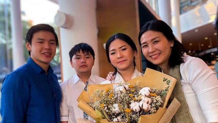 Veronica Tan dan anak-anaknya.
