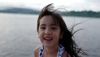 Si sulung Mikhayla kini berusia 7 tahun. Mikhayla memiliki paras yang cantik seperti ibunya. Enggak heran ya, Bun, kalau Mikhayla dijadikan model untuk brand baju anak milik Nia. (Foto: Instagram @ardibakrie)