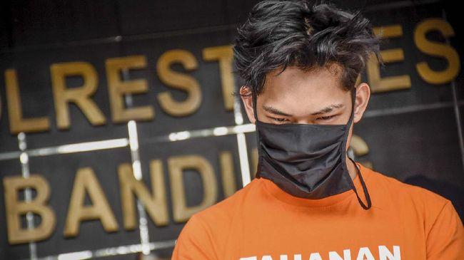 Tersangka kasus candaan bantuan sosial yang berisikan sampah dan batu kepada transpuan, Ferdian Paleka bersama kedua rekannya dihadirkan saat gelar perkara di Polrestabes Bandung, Jawa Barat, Jumat (8/5/2020). Ferdian Paleka dan kedua rekannya dijerat dengan Pasal 45 Ayat 3 Undang-undang Informasi dan Transaksi Elektronik (ITE) dengan ancaman hukuman penjara empat tahun atau denda Rp750 juta serta dua pasal tambahan yakni Pasal 36 dan Pasal 51 Ayat 2 UU Nomor 11 tahun 2008 tentang ITE dengan ancaman hukuman penjara 12 tahun atau denda Rp12 miliar. ANTARA FOTO/Ahmad Fauzan/rai/wsj.