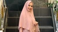 <p>Kartika Putri yang sudah menikah dan punya anak dengan Habib Usman, tampil cantik dengan balutan busana hijab syar'i. (Foto: Instagram/kartikaputriworld)</p>