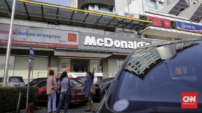 Aktivitas gerai makanan cepat saji McDonald's, kompleks pusat perbelanjaan Sarinah, Jakarta, Jumat (8/5/2020). Gerai pertama McDonald's di Indonesia yang telah beroperasi hampir 30 tahun itu akan tutup permanen pada 10 Mei 2020 dikarenakan pihak manajemen gedung Sarinah akan merenovasi dan mengubah stategi bisnis. CNNIndonesia/Adhi Wicaksono.