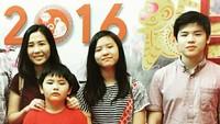 <p>Foto lama nih, Bunda, saat Veroica merayakan Imlek 2016 bersama anak-anaknya. Daud pun masih terlihat imut-imut ya. (Foto: Instagram @sahabatvero)</p>