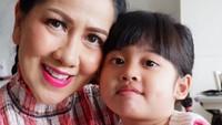 <p>Vania adalah putri angkatnya yang diadopsi pada 2016 lalu. Dibesarkan bersama dengan kedua anak kandungnya, tanpa membedakan status Vania. (Foto: Instagram @vennamelindareal)</p>