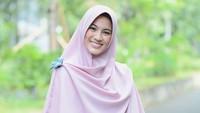 <p>Setelah dipersunting Dude Harlino, Alyssa Soebandono mantap berhijab. Ia pun kerap tampil dengan hijab syar'i. (Foto: Instagram/ichasoebandono)</p>