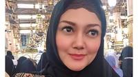 <p>Artis cantik Bella Saphira telah menjadi mualaf sejak 2013 lalu. Ia mengaku, masuk Islam kerena keinginan sendiri dan tidak terpaksa. Wajahnya makin cantik berbalut hijab berwarna pink. (Foto: Instagram @bellasaphiraofficial)</p>