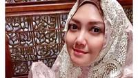 <p>Istri Agus Surya Bakti ini juga terlihat cantik walaupun hanya memakai mukena dan tanpa make up. Semoga makin istiqamah Bella. (Foto: Instagram @bellasaphiraofficial)</p>