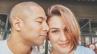 <p>Dalam berbagai kesempatan, nampaknya Marcell lebih memilih mengekspresikan rasa sayang dengan mencium istrinya. Rima pun terlihat cantik meski tanpa riasan. (Foto: Instagram @rimamelati)</p>