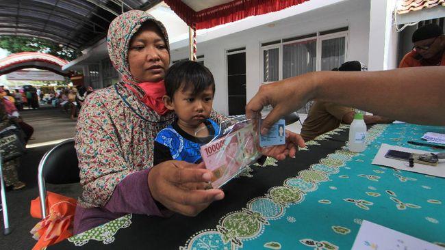 Pemerintah Provinsi Jawa Barat mengubah bansos tahap IV dari paket menjadi uang tunai sebesar Rp100 ribu. Distribusi dilakukan hingga Rabu (30/12).
