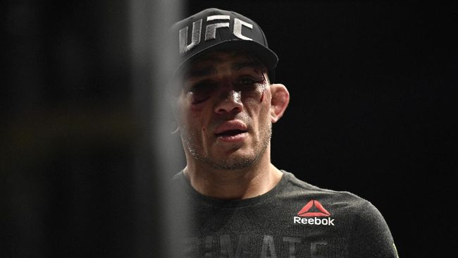 Tony Ferguson berharap UFC memenuhi permintaan bayaran yang diajukan Dustin Poirier demi duel di UFC 254.