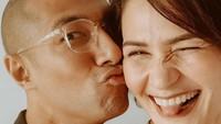 <p>Pasangan satu ini rupanya juga punya cara lucu untuk romantis. Ayah suka cium dengan gaya begini enggak, Bun? <em>He-he-he</em>. (Foto: Instagram @rimamelati)</p>