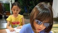 <p>Siapa yang ketawa begitu melihat foto Kala yang satu ini? Sekolah dari rumah jadi menyenangkan karena bisa bergaya sesuka hati, termasuk pakai kacamata hitam. (Foto:Instagram @zaskiaadyamecca)</p>