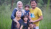 <p>Selama di Yogyakarta, keluarga mereka jadi lebih sering mengeksplore alam nih, Bunda. Anak-anak pun jadi lebih&nbsp;bebas bermain rerumputan dan udara yang segar ya. (Foto: iStock @zaskiaadyamecca)</p>
