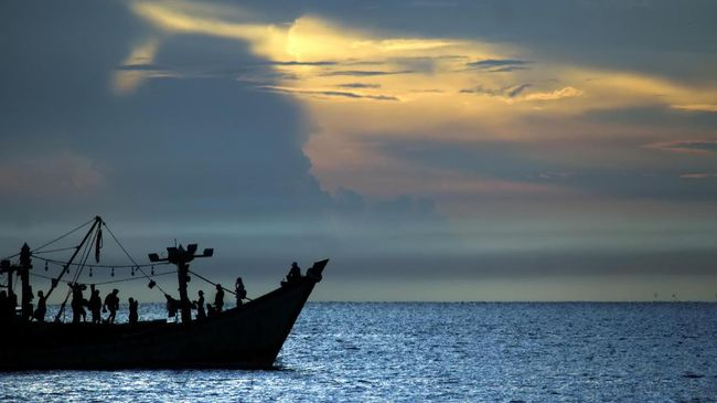 Kapal nelayan melintas dengan latar belakang matahari terbit di perairan Selat Malaka, Lhokseumawe, Aceh, Rabu (8/4/2020). Para nelayan kembali beraktivitas melaut pascagelombang tinggi sebagai dampak fenomena supermoon. ANTARA FOTO/Rahmad/aww.