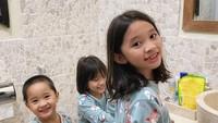 <p>Mengajarkan anak-anak untuk tertib gosok gigi sejak dini. Lucu banget ya Kana, Kala, dan Kaba pakai piyama kembaran. Jadi gemas melihatnya. (Foto:Instagram @zaskiaadyamecca)</p>