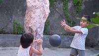 <p>Anak-anak pun terlihat happy bisa main bola di halaman rumah. Meskipun Bia jadi terganggu nih, saat mau pemotretan produk mukena. He-he-he. (Foto:Instagram @zaskiaadyamecca)</p>