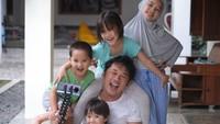 <p>Menghabiskan waktu #dirumahaja dimanfaatkan Hanung untuk membuat film pendek bersama keempat anaknya. Kana, Kala, Kaba dan Kata. (Foto:Instagram @zaskiaadyamecca)</p>