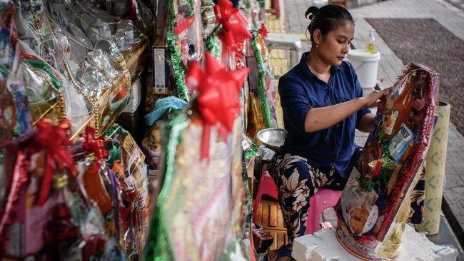 Pedagang menata parsel di Barito, Jakarta, Minggu (10/5/2020). Menurut keterangan para pedagang, di tengah pandemi COVID-19, penjualan parsel lebaran menurun 80 persen dari tahun sebelumnya. ANTARA FOTO/Rivan Awal Lingga/foc.