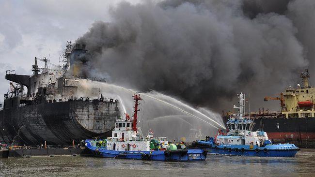 Dua kapal tunda milik Pelindo 1 memadamkan api di kapal MT JAG LEELA di Pelabuhan Belawan Medan, Sumatera Utara, Senin (11/5/2020). Penyebab terbakarnya kapal tanker MT JAG LEELA yang sedang dalam perawatan atau 'docking' di galangan kapal milik PT Waruna Nusa Sentana Shipyard tersebut belum diketahui dan masih diselidiki. ANTARA FOTO/Septianda Perdana/wsj.