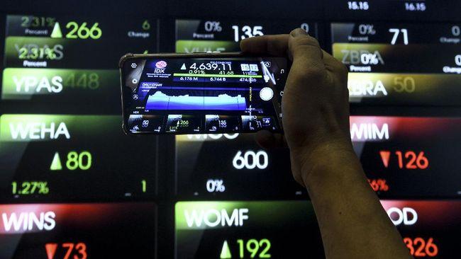 Pekerja mengambil gambar pergerakan Indek Harga Saham Gabungan (IHSG) dengan ponselnya di Bursa Efek Indonesia, Jakarta, Senin (11/5/2020). Berdasarkan data Bursa Efek Indonesia (BEI), pergerakan IHSG pada Senin (11/5/2020) berakhir di level 4.639,1 dengan penguatan sekitar 0,91 persen atau 41,67 poin dari level penutupan perdagangan sebelumnya. ANTARA FOTO/Muhammad Adimaja/hp.