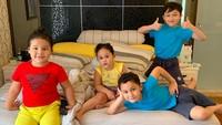 Pasha dan Adelia kini sudah dikaruniai empat anak yakni Dewa, Sakha, Raja, dan Kayla. (Foto: Instagram @adeliapasha)