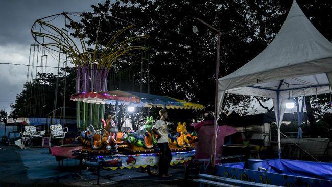 Satuan Tugas Penanganan COVID-19 Garut membubarkan kegiatan pasar malam yang digelar di kawasan perkotaan Kabupaten Garut, Jawa Barat, Sabtu malam, (8/5)