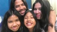 <p>Ganteng sendirian! Ayah Ariyo memang dekat dengan ketiga putrinya. Kompak ya gondrong semua he he he... (Foto: Instagram @ariyowahab)</p>
