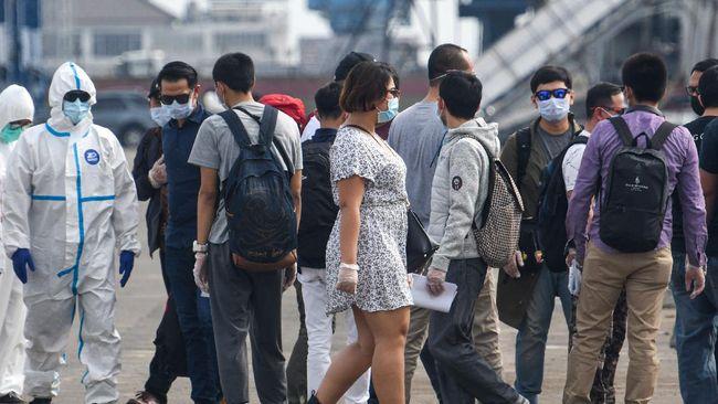 Sejumlah Warga Negara Indonesia (WNI) yang menjadi Anak Buah Kapal (ABK) Kapal Pesiar MV Viking Orion tiba di Pelabuhan JICT, Tanjung Priok, Jakarta, Senin (11/5/2020). Sebanyak 42 orang WNI ABK kapal pesiar tersebut menjalani serangkaian tes kesehatan sesuai protokol pencegahan COVID-19 seperti tes swab, sebelum dibawa menuju hotel untuk melakukan isolasi mandiri. ANTARA FOTO/M Risyal Hidayat/wsj.