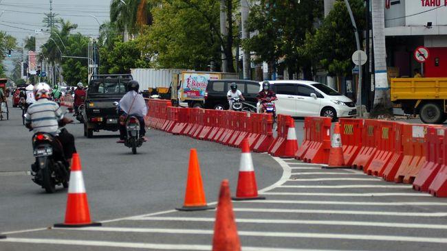 Sejumlah kendaraan melintas di Jalan Diponegoro Kota Tegal, Jawa Tengah, Senin (11/5/2020). Menurut data gugus tugas percepatan penanganan COVID-19, Kota Tegal mampu meminimalisasi penularan COVID-19 menjadi nol (Zero) tidak ada pasien positif yang dirawat sehingga kembali ke zona hijau. ANTARA FOTO/Oky Lukmansyah/hp.