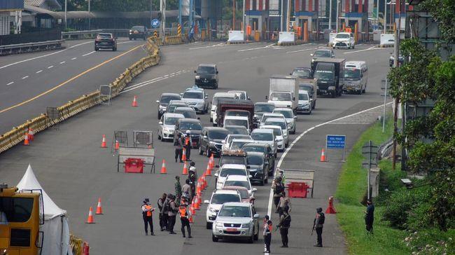 Sejumlah kendaraan antre saat pemeriksaan kepatuhan penerapan Pembatasan Sosial Berskala Besar (PSBB) di pintu keluar gerbang tol Jagorawi, Kota Bogor, Jawa Barat, Senin (11/5/2020). Satlantas Polresta Bogor Kota mencatat sedikitnya 1.859 kasus pelanggaran selama penerapan PSBB Kota Bogor dalam tiga pekan terakhir diantaranya pelanggaran tanpa menggunakan masker selama berkendara, pengemudi kendaraan roda empat atau lebih yang mengangkut penumpang lebih dari 50 persen dan tidak menjalankan aturan physical distancing di dalam kendaraan. ANTARA FOTO/Arif Firmansyah/hp.